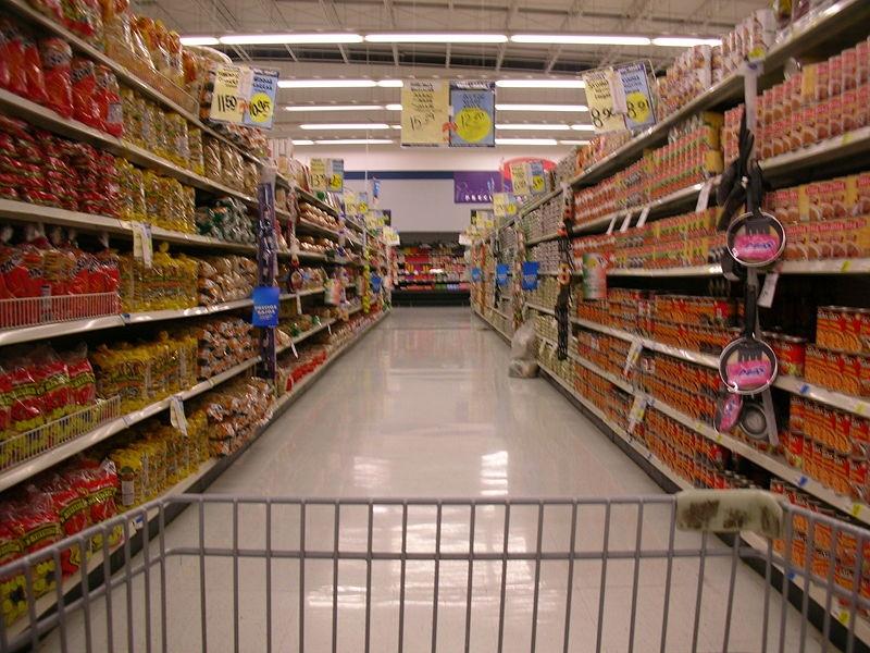"""生意社5月4日讯 晚上9点,在一家营业到深夜12点的大型连锁超市,一个年轻的工作人员正逐一检查货架上的各类糕点,只见他不时地把各种面包放进了身边小车上的大塑料袋里。 记者很好奇,走近了一步,发现自己常买的那种面包也被扔进了袋子里。""""为什么不卖了,有什么问题吗?""""""""哦,对不起,这些面包明天就要过期了,所以要处理掉""""。""""这么好的东西扔掉多么可惜啊""""。""""不会的,我们今晚就会把这些糕点送到食品周济库,明天一早他们就会分发给需要食物"""